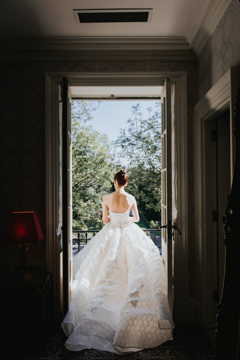 Bride Alone Before seeing the groom for the first time